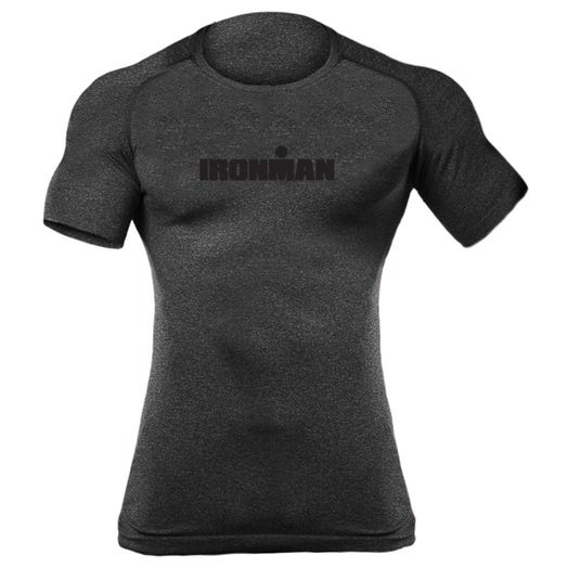 IRONMAN MEN'S SPELLOUT BODY MAPPING SHORT SLEEVE TECH CHARCOAL